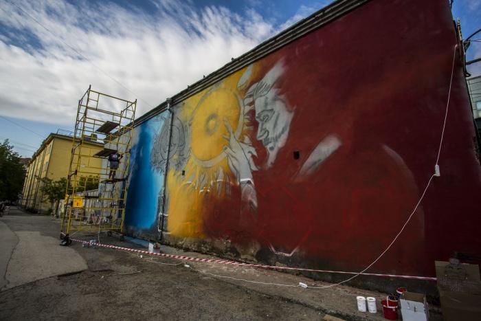 Марина разрисовывает стену полностью самостоятельно