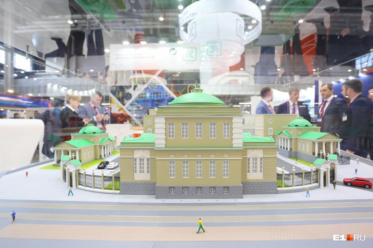 Рядом — макет отреставрированного Верх-Исетского завода. Если вы собираетесь пойти на выставку с детьми, им точно понравится