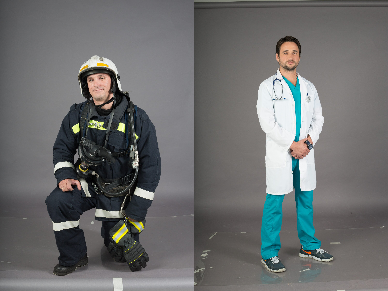 В студии было довольно жарко, особенно при полном снаряжении. На фото пожарный Василий Соболев и анестезиолог-реаниматолог Илья Денисов