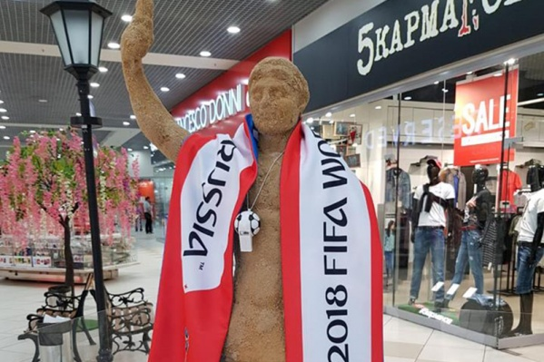 Скульптуру Колосса нарядили в шарф