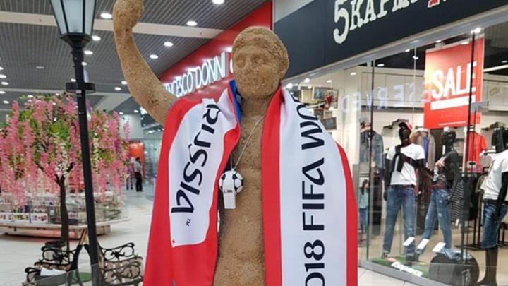Забивака на пирамиде Хеопса и Колосс Родосский в шарфе FIFA: ярославцы украсили песчаные скульптуры