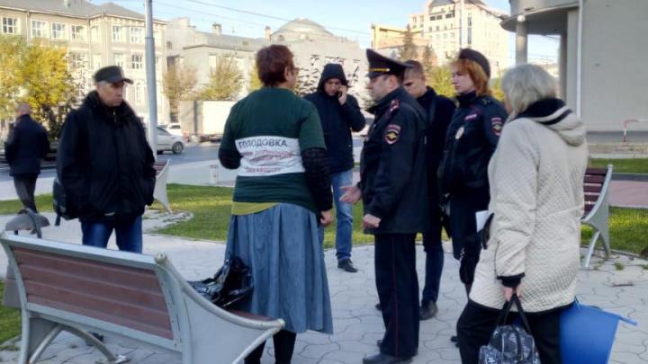 Полиция пыталась разогнать обманутых дольщиков, устроивших голодовку перед зданием правительства