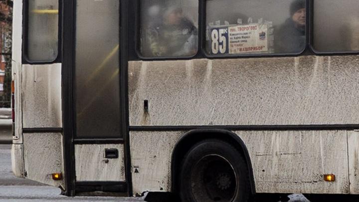 «Протащила метров десять»: в центре Ярославля маршрутка зажала в дверях женщину