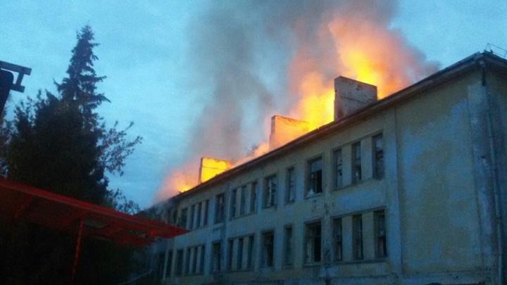 В центре Уфы сгорел двухэтажный барак
