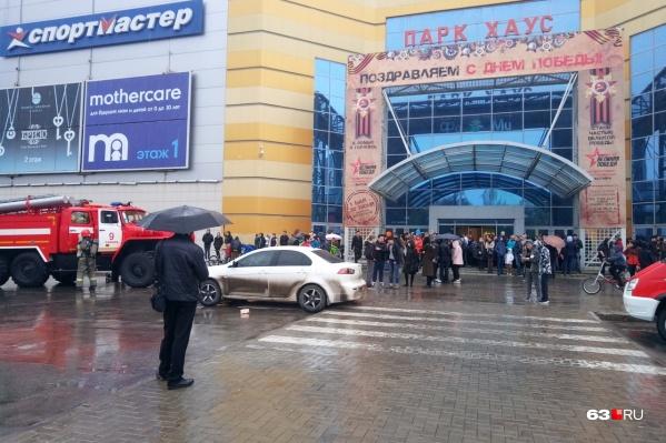 Сотни самарцев, пришедших в этот дождливый день в кино, кафе и на шоппинг, вынуждены были спешно покинуть помещения торгового центра