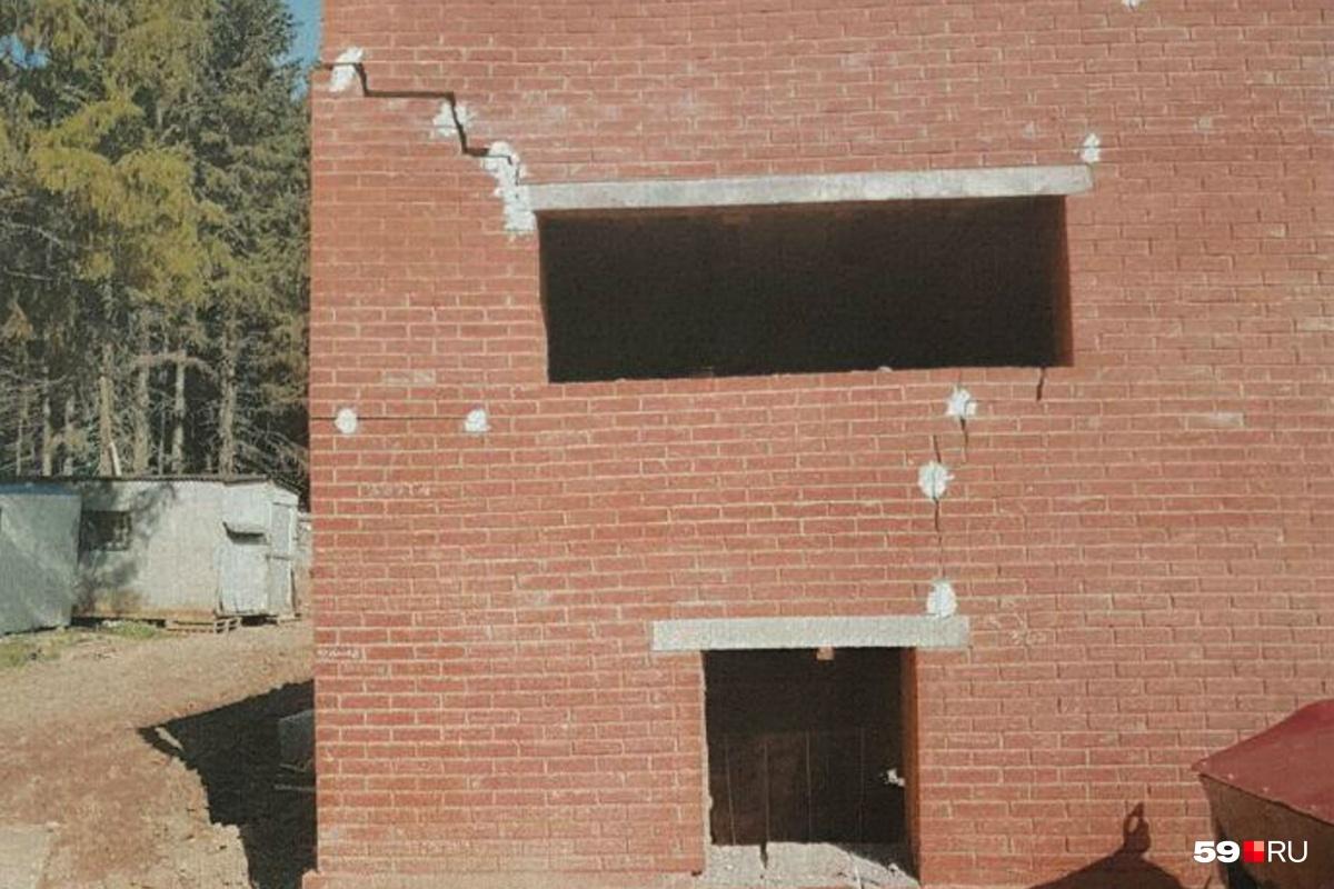 На фасаде ветлечебницы заметны большие трещины<br>