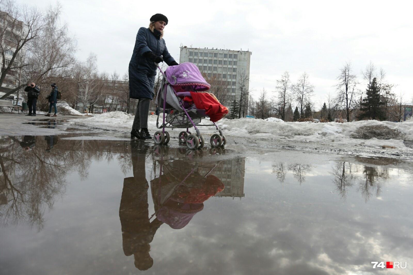 Пока челябинкам с детьми в колясках приходится едва ли не плавать в сквере на пересечении Красного Урала и Комсомольского проспекта