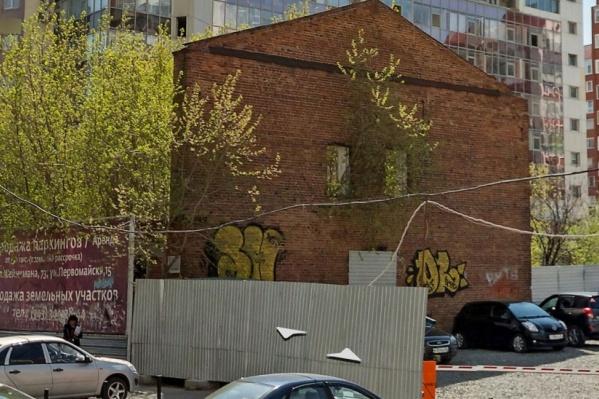 От дома на Хохрякова, 68 осталась только кирпичная стена и практически разрушенный первый этаж