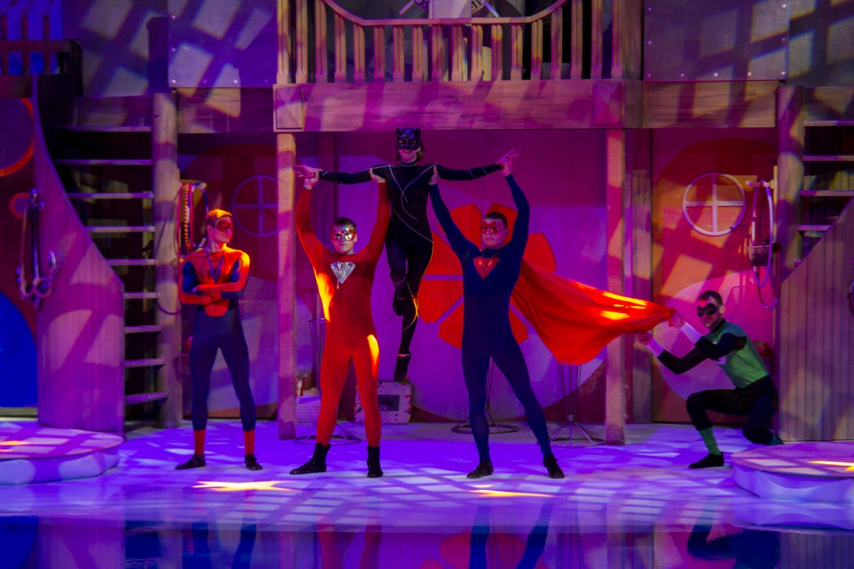 На фото представлена команда супергероев (слева направо): Человек-Осьминог, Человек-Астероид, Женщина Морская Кошка, Человек-Скат и Зелёный Маяк