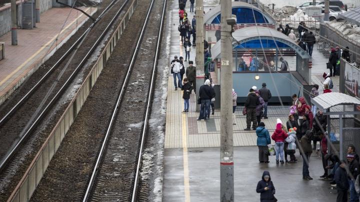 Пассажиров электрички эвакуировали из-за забытого пакета (обновлено)