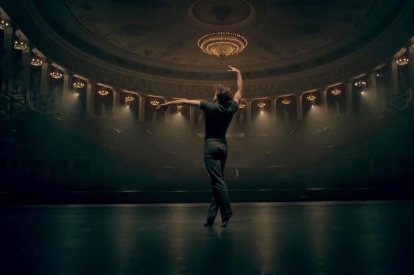 Танцовщик Сергей Полунин с 2012 года — постоянный приглашённый солист НОВАТа, он гастролировал с труппой театра вЮжной Корее и Индии