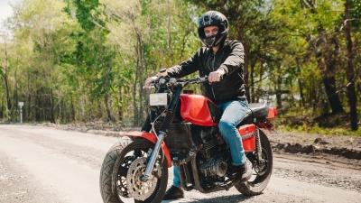 Собрал из дедушкиного «Ижа» гоночный мотоцикл: разглядываем странный «КаваИж» из гаража тюменца