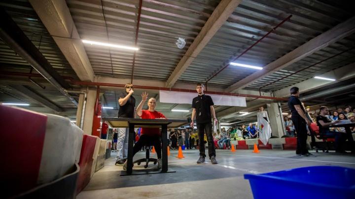 Сотрудники новосибирских компаний соревновались в умении метать бумажки в корзину и бегать до кулера