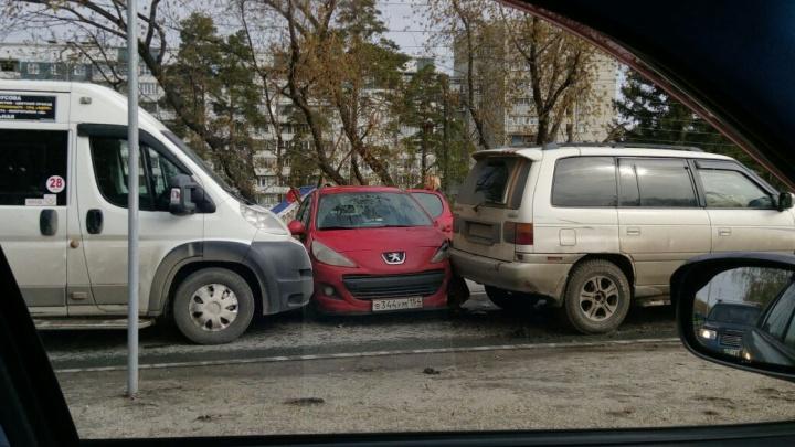Массовая авария в Советском районе: столкнулись четыре машины и маршрутка (обновлено)