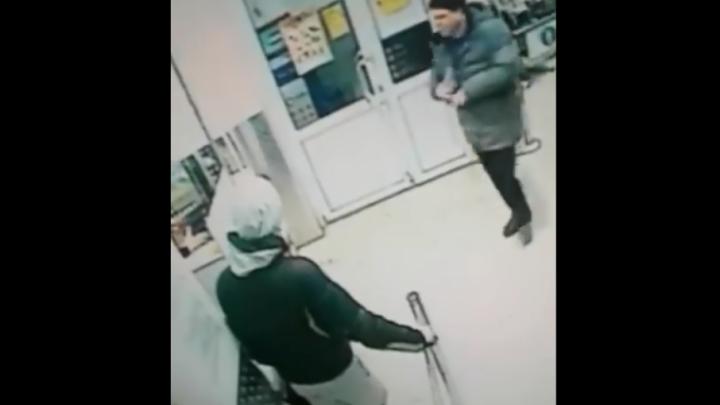 В магазине Уфы камеры видеонаблюдения засняли, как вор-карманник ограбил покупателя