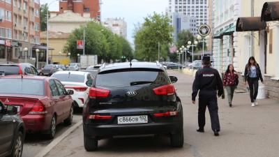 «Я паркуюсь, как…»: тротуары для автомобилей и машины на газоне
