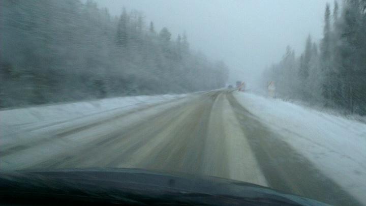 На «серпантин» в Дивногорске запретили проезд автобусам и грузовикам из-за мокрого снега