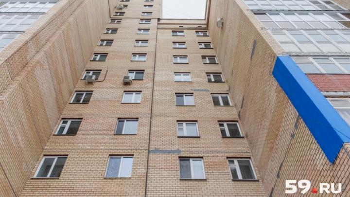 «Не смогли реанимировать»: в Перми после падения из окна погиб двухлетний ребенок