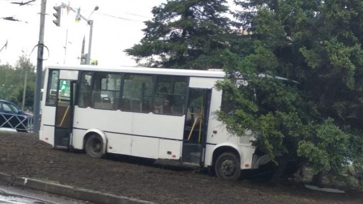 «Отказали тормоза»: в Ярославле маршрутка с пассажирами протаранила забор и врезалась в дерево