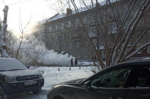 По словам очевидцев, трубу прорвало в двух местах