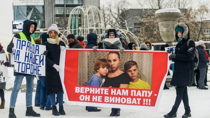 «Наш сын не убийца»: толпа новосибирцев потребовала освободить осужденного за смерть соседа