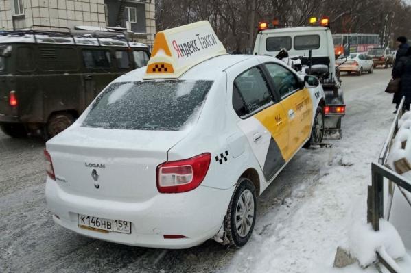 Эвакуатор увозит автомобиль таксиста-нарушителя