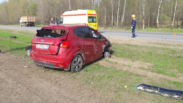 В Ярославле женщина за рулём иномарки врезалась в грузовик