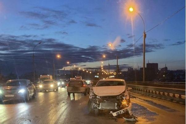 «Люди выходили и шли пешком»: несколько автомобилей столкнулись на Кирова