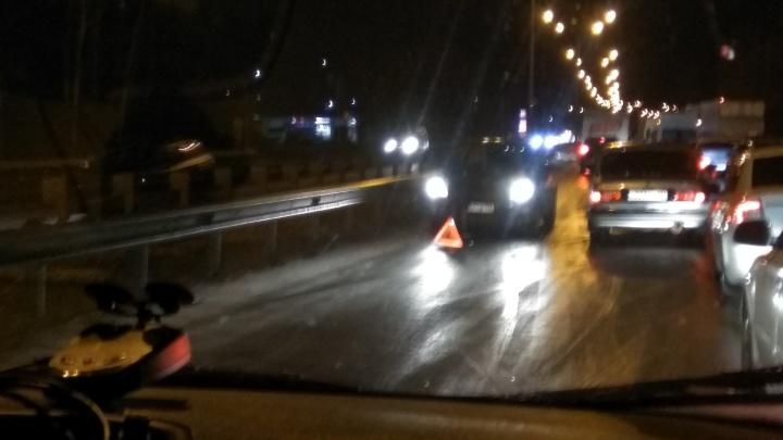 Массовая авария в Уфе: из-за гололеда столкнулись грузовик, три автомобиля и микроавтобус