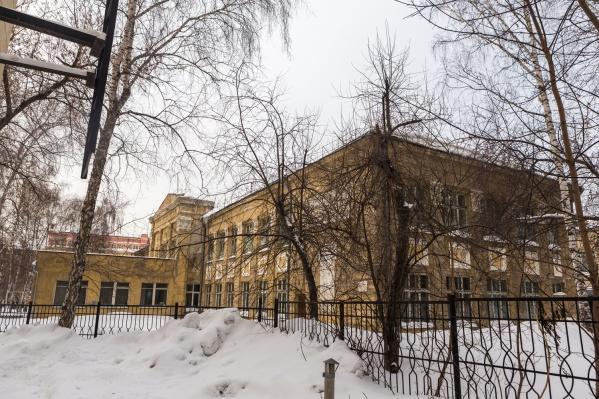 В старом здании школы учатся почти 500 человек