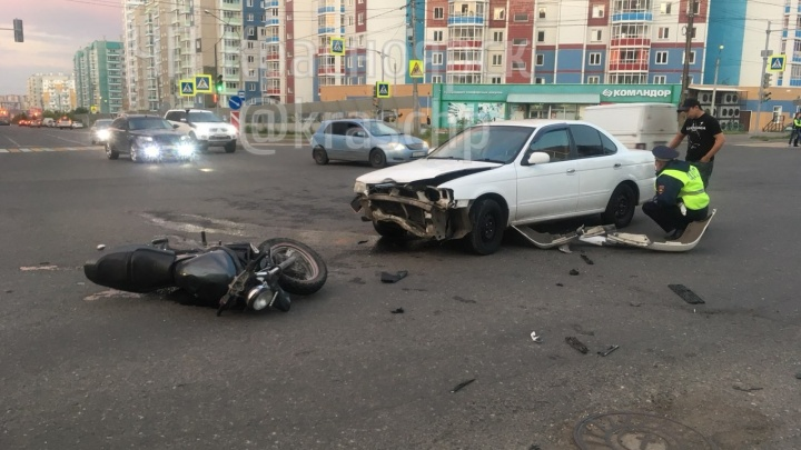 Мотоциклиста увезли в реанимацию после столкновения с «Ниссаном»
