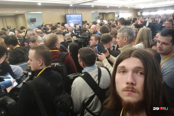 В зал пока не пускают, журналисты ждут в очереди