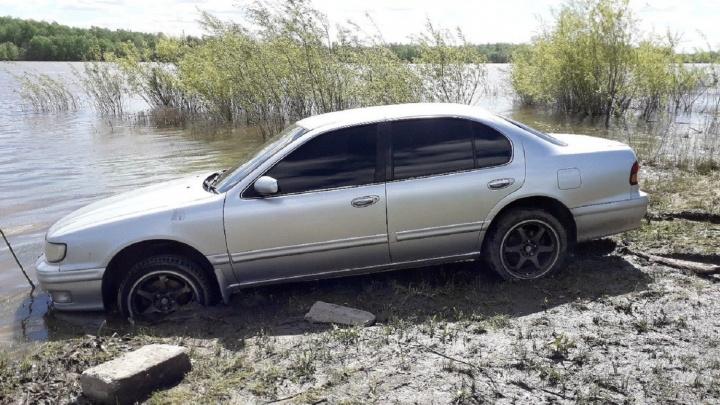 «Я паркуюсь как...»: использованный подгузник на лобовухе,Cadillac на газоне и стоянка у воды