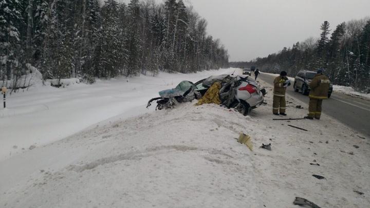 Машина всмятку, водитель погиб: на тюменской трассе Ford на скорости врезался в MAN