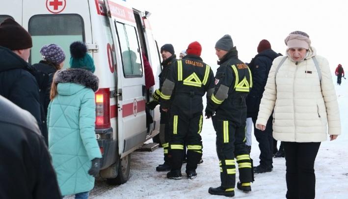 «Посетители раскатали дорожки снегокатами». В «Хохловке» объяснили, почему люди падали на льду