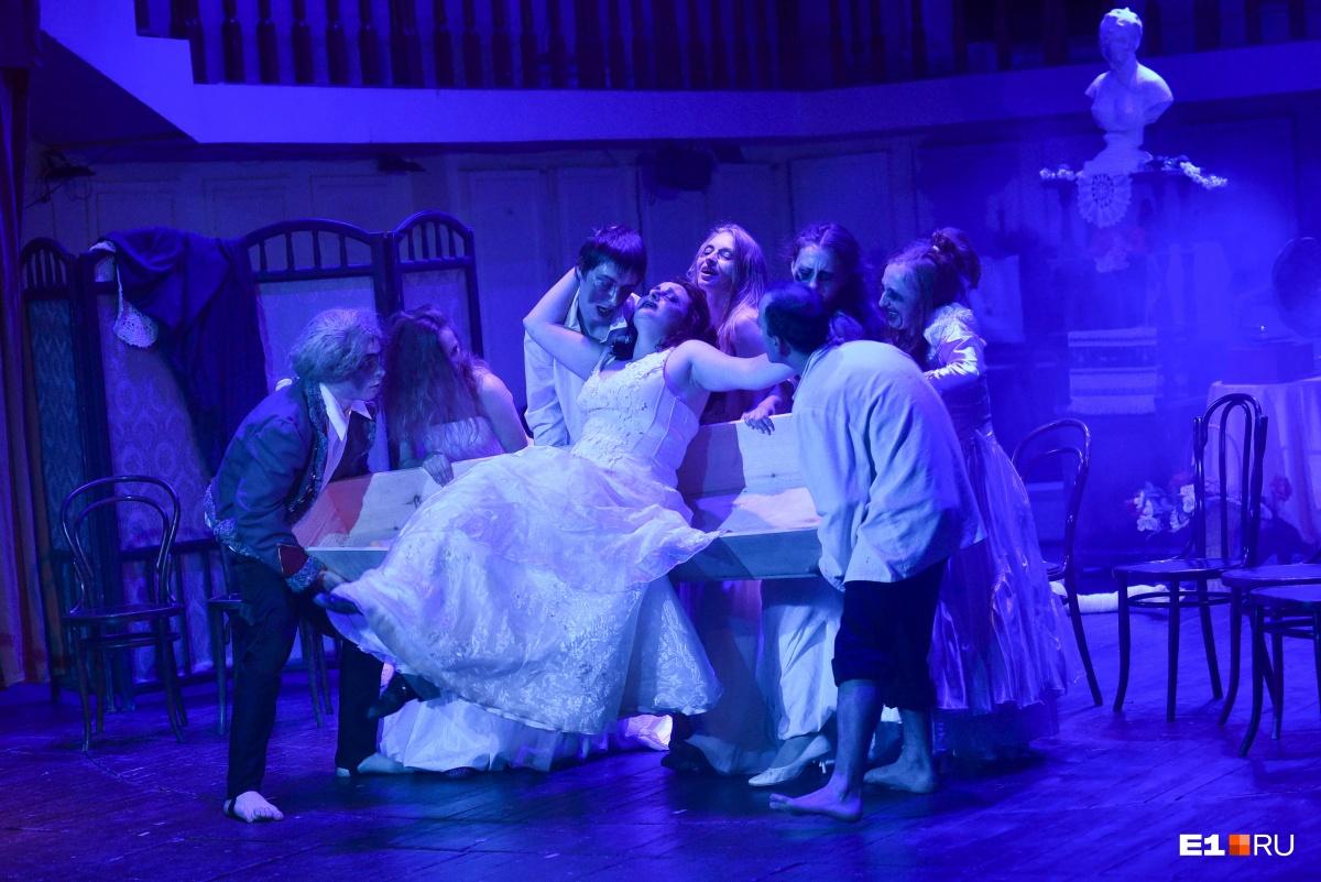 Ничего необычного, просто дама в свадебном платье присела в гроб