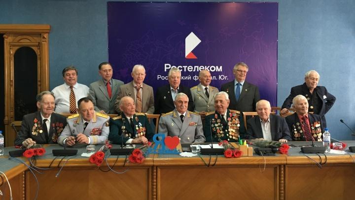 Вспоминали фронтовые будни и читали стихи: Ростелеком провел видеоконференцию для ветеранов ВОВ