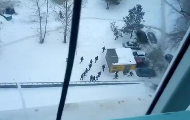 Видео: в Уфе мужчина разогнал дерущихся школьников звуком полицейской сирены