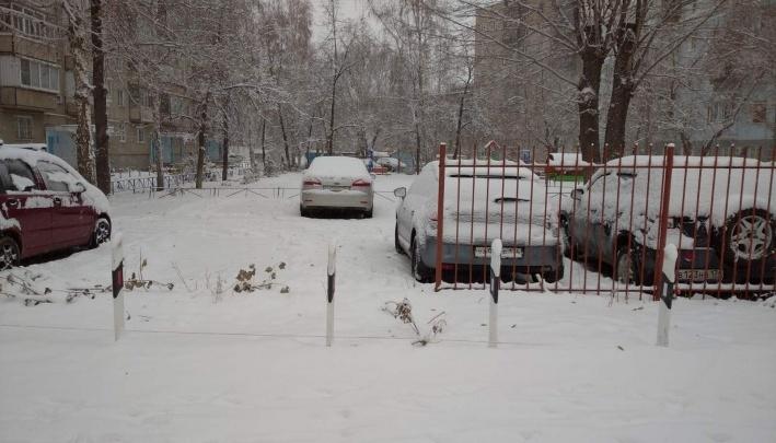 От мэра Челябинска потребовали навести порядок в пятиэтажке после пропажи огораживающего двор забора