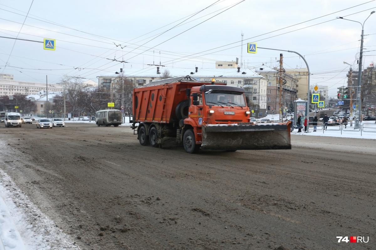 Чистить дороги в Челябинске сегодня начали лишь утром, но у этого КАМАЗа ковш почему-то поднят