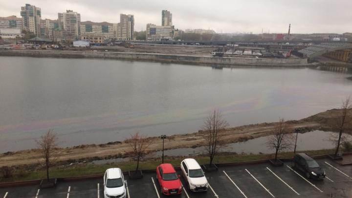 Дождь смыл в реку Миасс нефтепродукты, оставшиеся после ремонта центральной улицы Челябинска