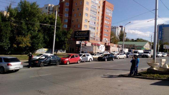 На дороге в Уфе столкнулись сразу три машины