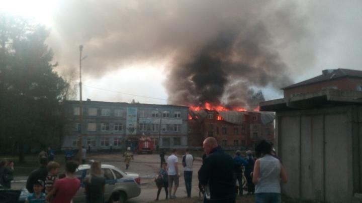 В Лысьве загорелось здание завода. Видео