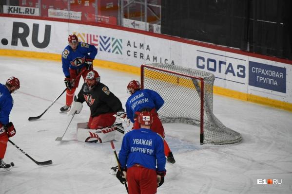 На тренировках хоккеисты делятся по пятеркам