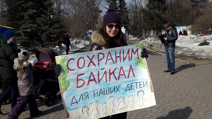 Сотни горожан пришли в Первомайский сквер отстаивать озеро Байкал
