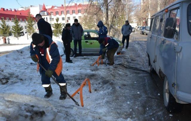 В Уфе началась борьба с самовольными парковками во дворах