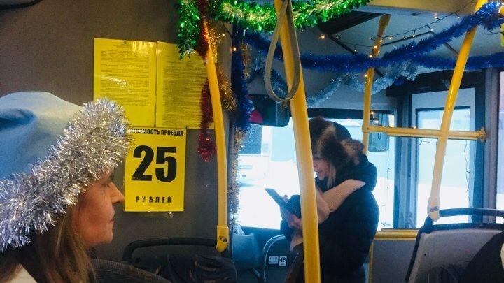 В Самаре пассажиров перевозит новогодний автобус желаний