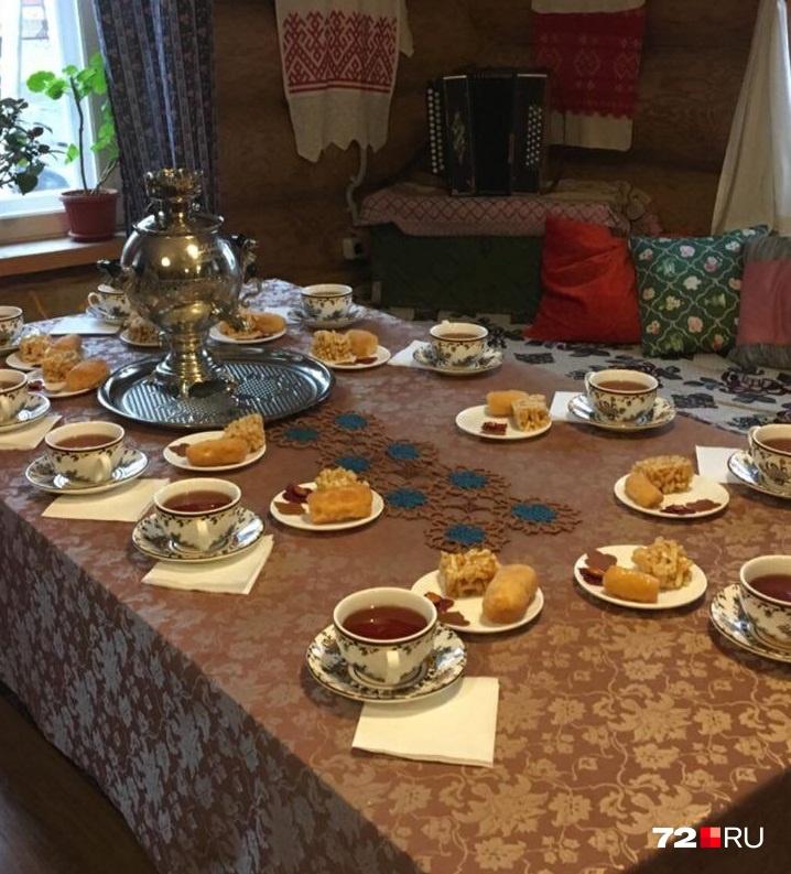 — В Татарстане могут не поесть, но от чая никогда не откажутся, — рассказывает экскурсовод