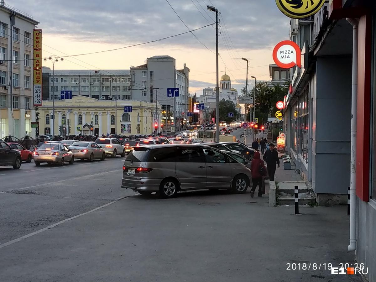 «Я паркуюсь как...»: урбанист Злоказов разносит гряземесов, автохамов и водителей-лентяев