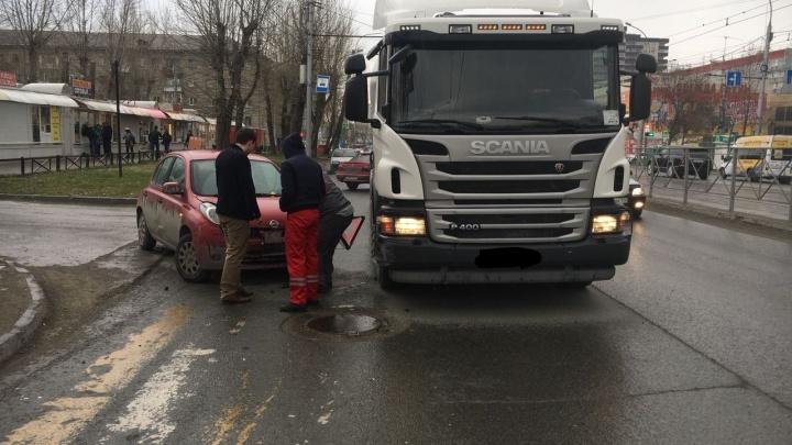 Водитель «Ниссана» врезался в грузовик в Дзержинском районе